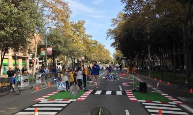 Celebració del dia sense cotxes a un carrer de Barcelona