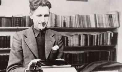 Retrato del'escritor en blanco y negro sentado ante la máquina de escribir
