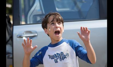 Fotograma de la película, Greg con una caca de paloma en la cara