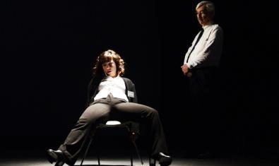 Retrat dels dos actors amb ell de peu i ella asseguda en una cadira