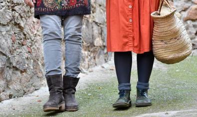 Una fotografia mostra les cames de dues persones que passegen per la ciutat