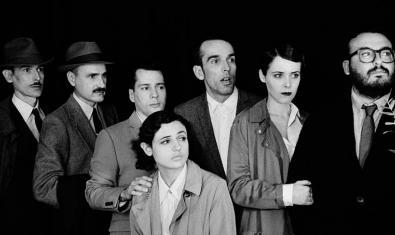Els membres del grup, retratats en blanc i negre amb vestits dels anys 20 del segle passat