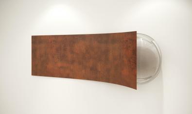 Una obra de Tulio Pinto para la exposición que muestra una superficie alargada de color terroso
