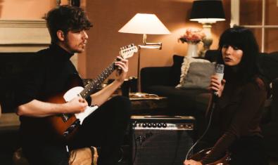 El duet retratat mentre enregistra una cançó en una sala d'estar