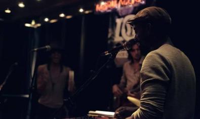 Un DJ pone música durante una de las sesiones en el Marula Café