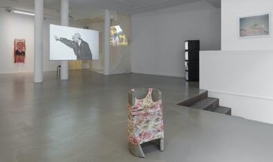 Vista general del espacio de Bombon Projects con obras de los dos artistas expuestos