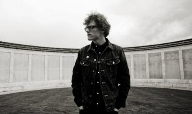 El músic que lidera aquest projecte indie, retratat a l'aire lliure