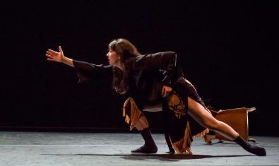 Una imatge de l'espectacle amb una ballarina amb una mà estesa cap endavant