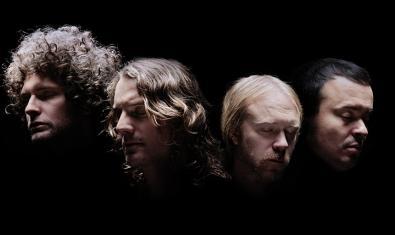 Retrato de los integrantes de la banda sueca de rock alternativo contra un fondo negro