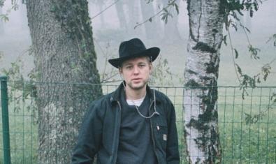 L'artista retratat amb barret en un bosc