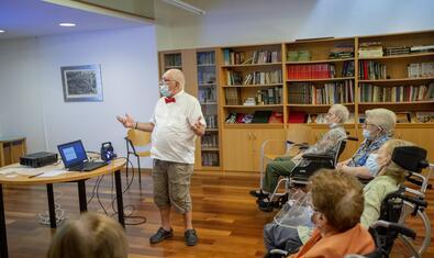 Avis i àvies participant en una activitat del programa El Museu s'Apropa