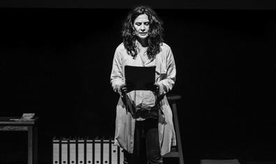 L'autora directora i intèrpret del muntatge dempeus a l'escenari en un moment de la representació