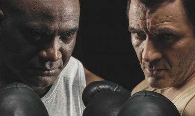 Doble retrat de dos boxadors cara a cara i amb els guants posats