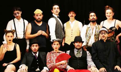 Els onze actors i actrius que protagonitzen la peça en un retrat coral