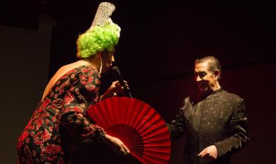 Victor Guerrero y un Toni Arroyo con peluca y un abanico gigante en un momento del espectáculo