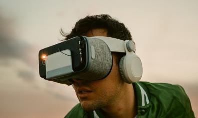 Uno de los protagonistas de la función con unas gafas de realidad virtual