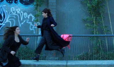 Les dues actrius protagonistes retratades al carrer davant d'una pintada