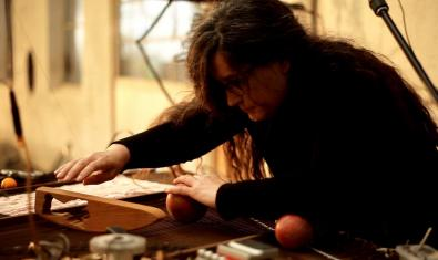 Retrato de la artista manipulando uno de sus instrumentos durante una actuación