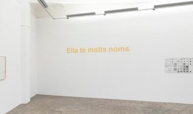 Una imatge de la mostra amb la frase que li dona títol escrita en una de les parets