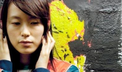 Una noia escolta música amb uns auriculars al cartell que anuncia aquesta pel·lícula xinesa