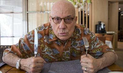 James Ellroy con un tenedor y un cuchillo en cada mano
