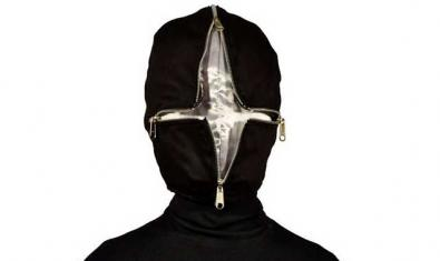 Retrat d'un personatge amb una màscara amb cremalleres que li tapa la cara