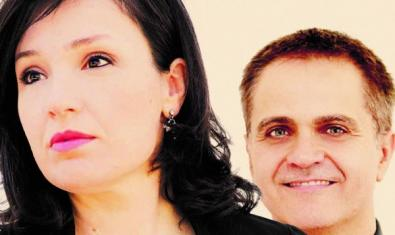En primer plano la soprano Elena Copons y, detrás, el pianista Josep Surinyac.