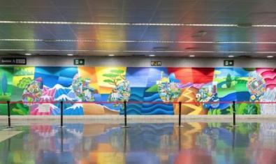 Una vista de l'estació de metro amb el mural de 60 metres de llarg i ple de colors vius