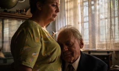 L'home amb el cap recolzat sobre el pit de la dona.