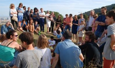 Un grupo de chicos y chicas preparan un proyecto al aire libre dirigidos por un artista