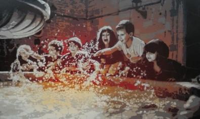 Una de las obras que se pueden ver a la exposición muestra un grupo de niños jugando en una fuente