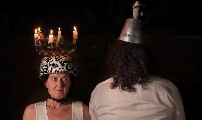 Bet Miralta y Jordi Aspa retratados con sombreros extravagantes ella de cara y él de espaldas