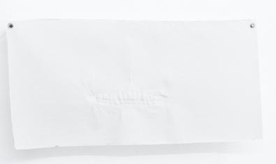 Una de les obres de Marc Larré que es pot veure a l'exposició i que mostra un full en blanc amb el que semblen les empremtes d'una dentadura
