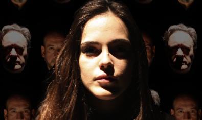 Un primer plano de la actriz protagonista rodeada de rostros fantasmagóricos