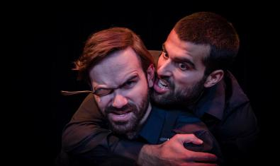 Els dos protagonistes de la funció abraçats i un d'ells amb una cullereta a l'ull