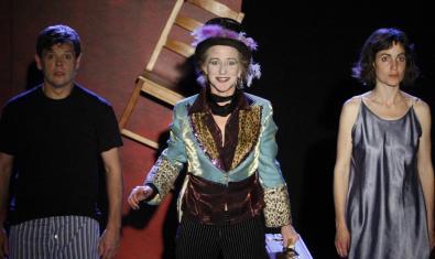 La pareja protagonista y la actriz y músico del espectáculo en un momento de la función