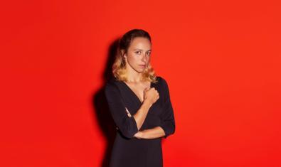L'artista Anna Hierro en una imatge promocional de l'obra