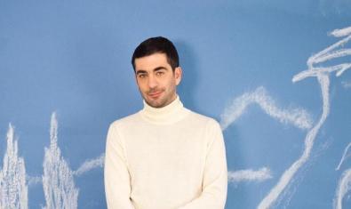 L'artista grec vestit de color blanc en el vídeo de la seva nova cançó