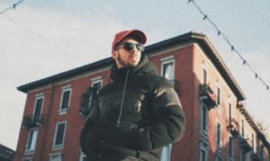 EL DJ i productor retratat al carrer amb una gorra i ulleres de sol