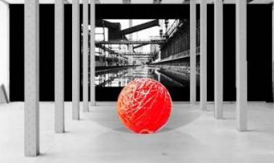 Una gran bola roja hecha de hilo y cuerdas y suspendida dentro de Fabra i Caots