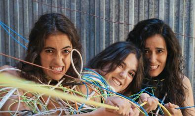 Les tres intèrprets del muntatge retratades embolicades en tot de cables i cordes
