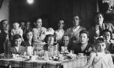 Un retrato en blanco y negro de una familia de principios del siglo XX