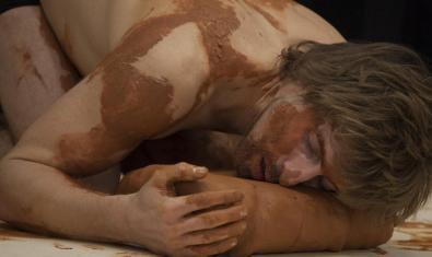 Retrato de Quim Girón cubierto de barro durante la representación