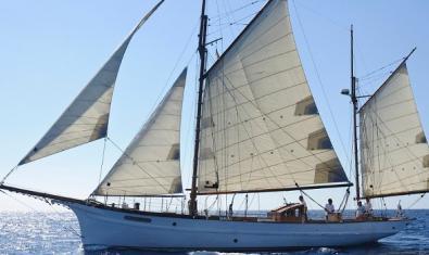 El velero Far Barceloneta