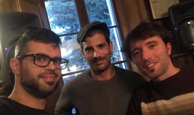 Retrat de grup dels tres integrants de la formació amb una finestra a l'esquena