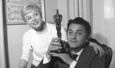 Fellini i Masina mostrant l'Oscar rebut pel film 'La strada' (abril 1947). Archivio Storico Luce, Roma