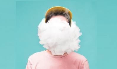 Retrat creatiu d'un dels músics que ha enregistrat cançons per combatre el confinament i que té el cap envoltat de núvols