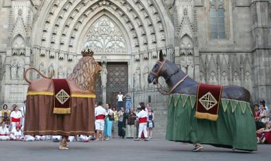El bestiari de la ciutat ballant a la porta de la Catedral