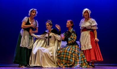 Un grup de quatre actrius vestides amb roba del segle passat com a criades i mestresses