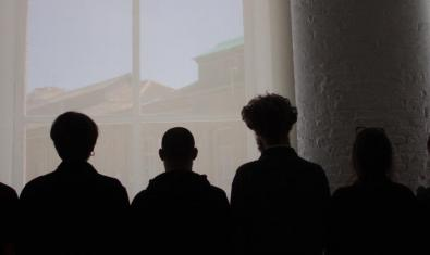 Un grupo de alumnos retratados a contraluz contra una ventana